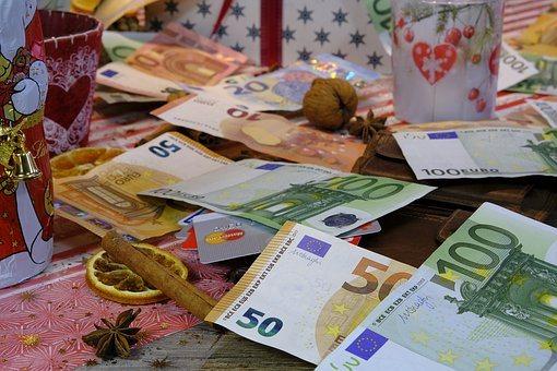 В каких странах раздают деньги бесплатно?