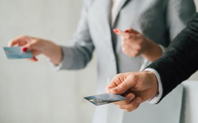 Количество выдач кредитных карт населению снизилось за месяц на 13,5 процентов