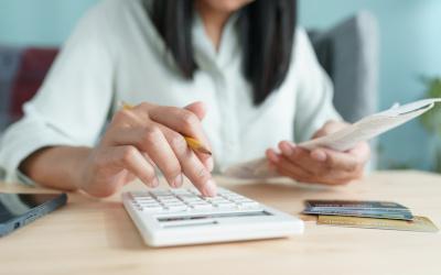 Выдачи потребкредитов упали на треть