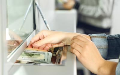 Россияне решили сократить свои валютные запасы накануне Нового года