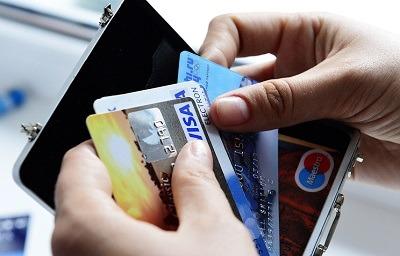 Объем выдачи кредитных карт в России вырос почти на 70%
