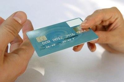 Каждый второй гражданин оформляет кредитку после предложения банка
