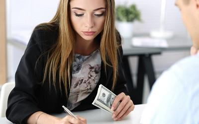 Эксперты заметили растущую с возрастом долю женщин среди заемщиков МФО