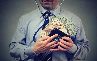 Медики и фармацевты тратят больше других в России на погашение долгов