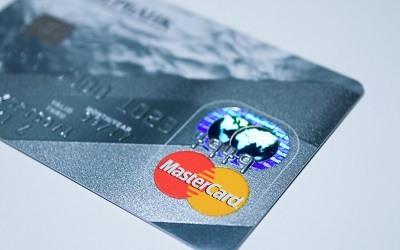 Банки разрешают владельцам кредиток взять в долг до 50 тыс. рублей