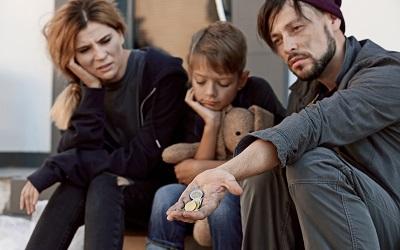 Молодые семьи с детьми погрязли в бедности