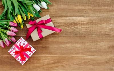 Женщины тратят на подарки к 8 марта в полтора раза меньше мужчин
