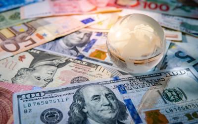 Россияне продают иностранную валюту шестой месяц подряд