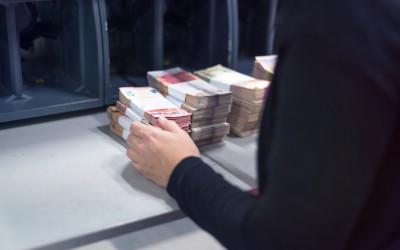 Россияне хотят забрать свои сбережения из банков из-за низких ставок по вкладам