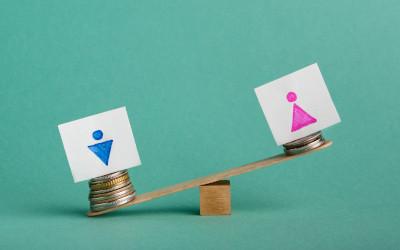 Женщины чаще имеют высшее образование, но получают меньше мужчин