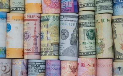 Россияне начали скупать валюту большими партиями