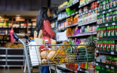 Бедные россияне смогут расплачиваться за еду продуктовыми картами