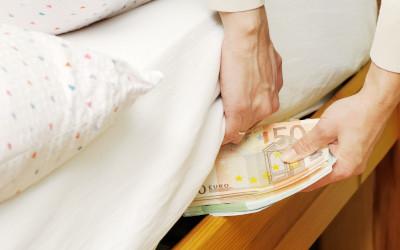 Треть россиян предпочитают хранить деньги под матрасом